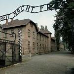 """Вход на территорию Освенцима. Надпись """"Работа делает свободным"""""""